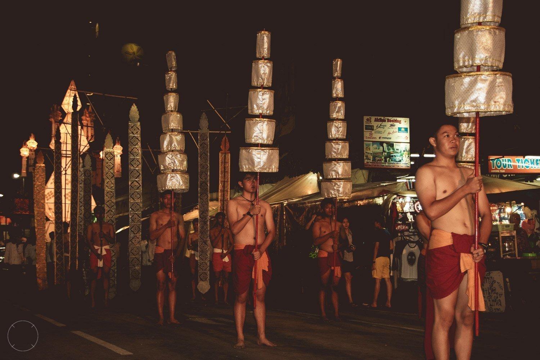 Een deel van de uitbundige Loy Krathong optocht