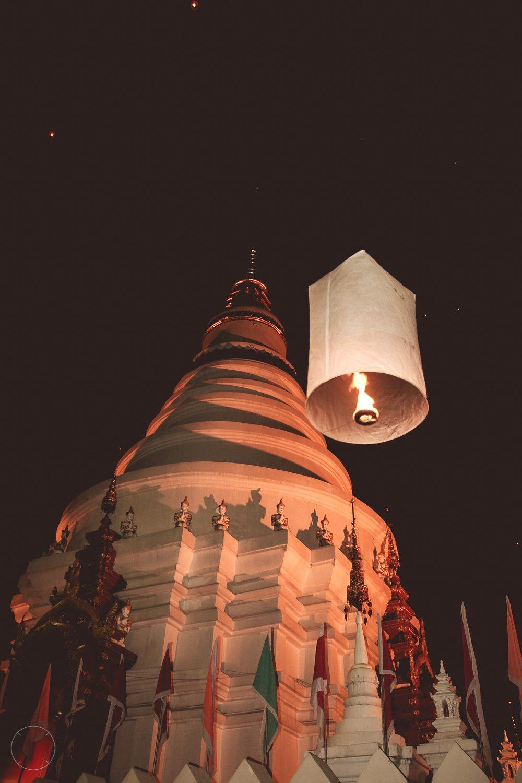 Een eenzame lantaarn bij de tempel