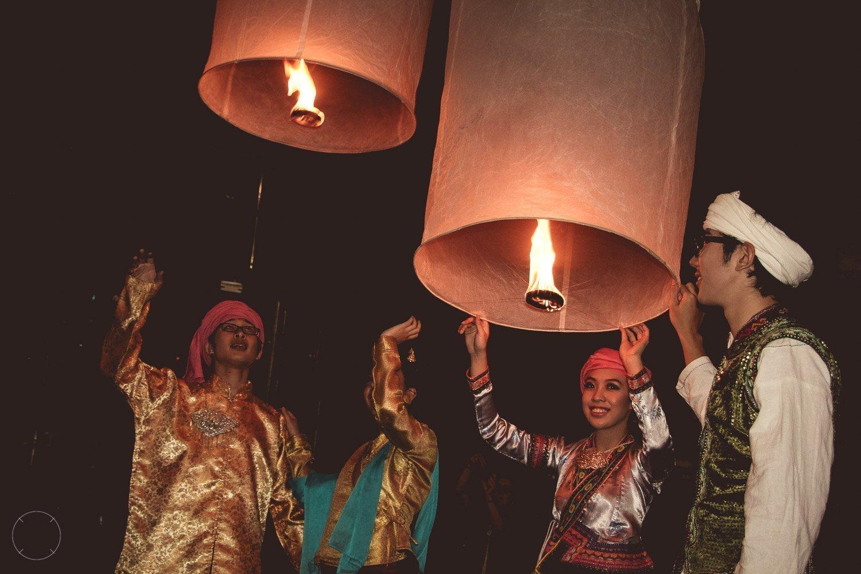 Een lantaarn oplaten hoort bij Yi Peng