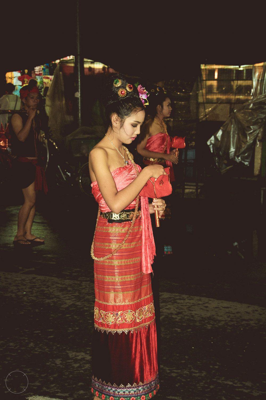 Kleurrijke gewaden tijdens Loy Krathong