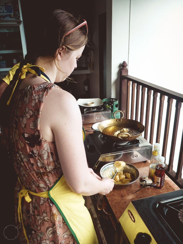 Bananen frituren tijdens kookcursus in Thailand