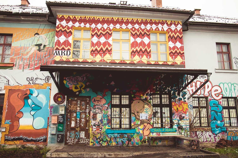 Kleurrijke gebouwen vol streetart