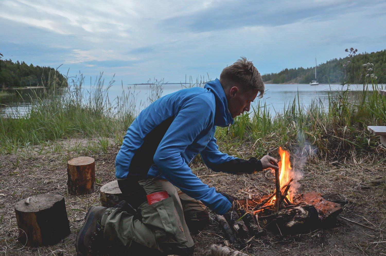 Een vuurtje maken in de Zweedse natuur