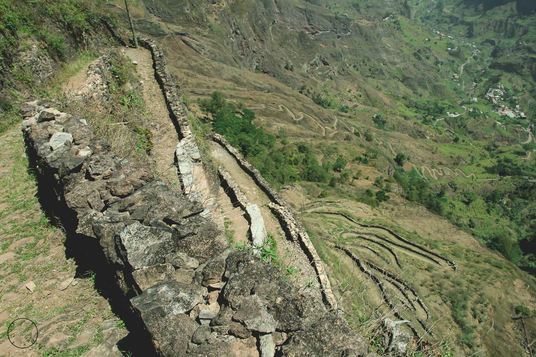 Het zigzag pad vanaf Cova do Paúl naar beneden