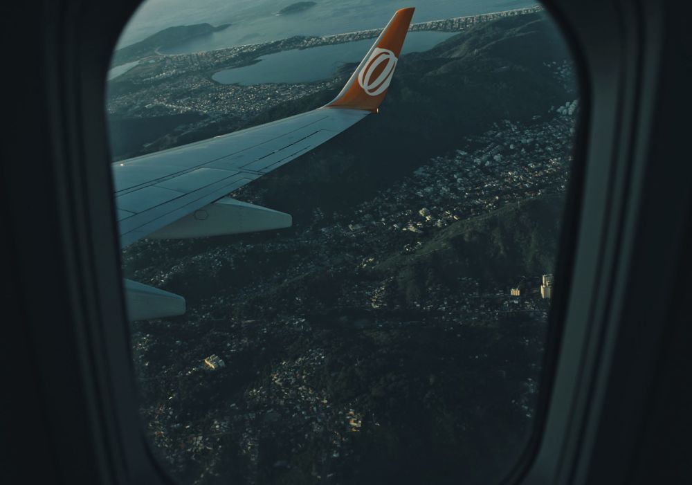 Bij het raam in het vliegtuig