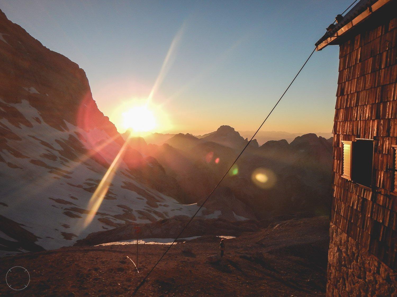 Zonsondergang bij een berghut