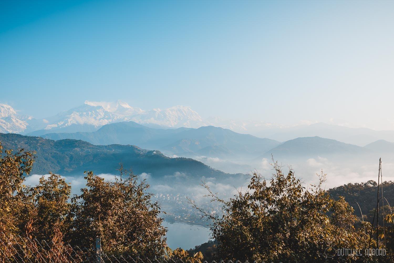 Pokhara en de bergen vanaf de World Peace Pagoda