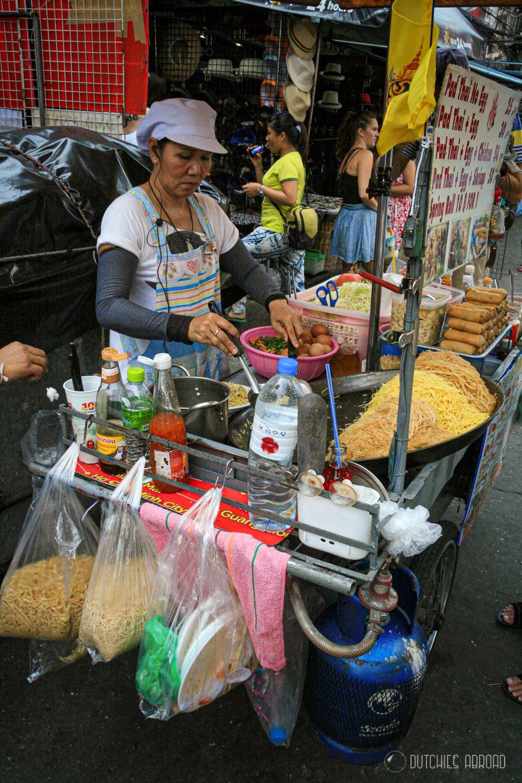 Pad Thai eten op straat in Bangkok