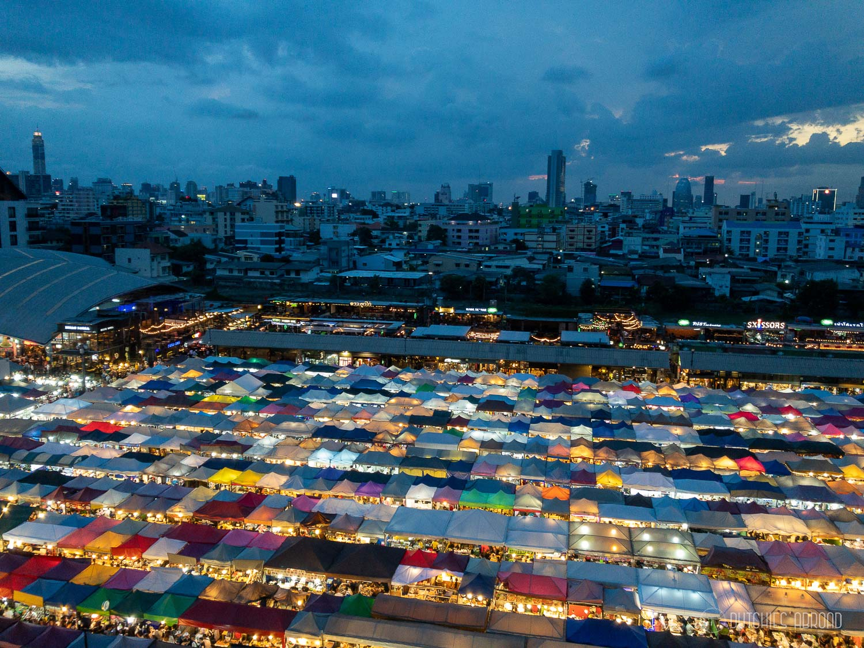 Ratchada Talad Rot Fai markt vanaf Esplanade Mall