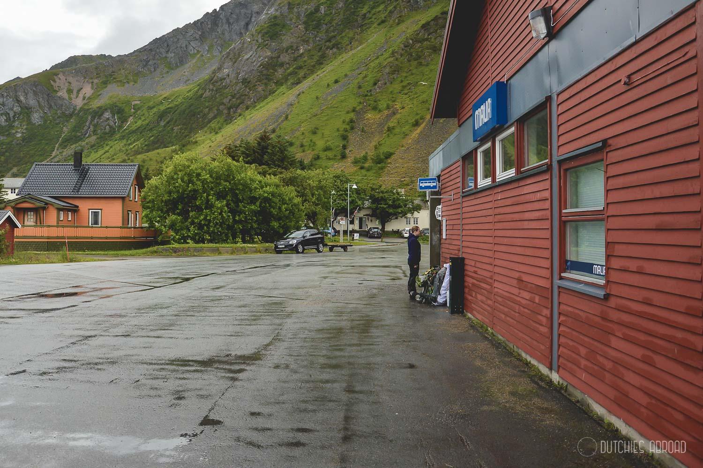 Wachten op de bus op de Lofoten