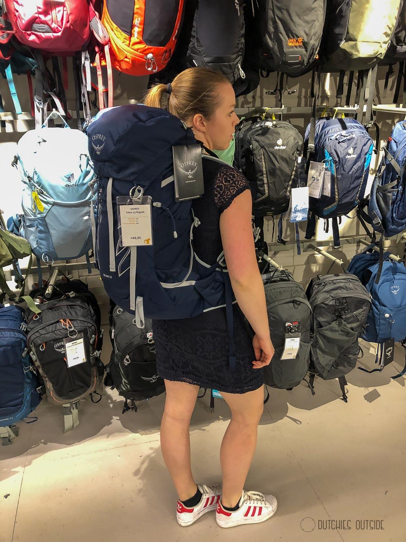 Een hike rugzak kopen - blauwe Osprey rugzak passen