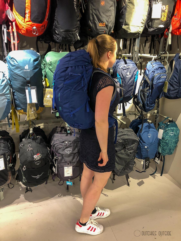 Een backpack kopen voor een meerdaagse hike - blauwe lowe alpine rugtas passen